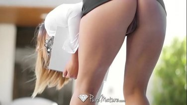 Sultry masseuse does everything to excite her client